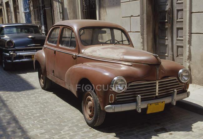 Viejos coches aparcados en la calle, la Habana, Cuba - foto de stock