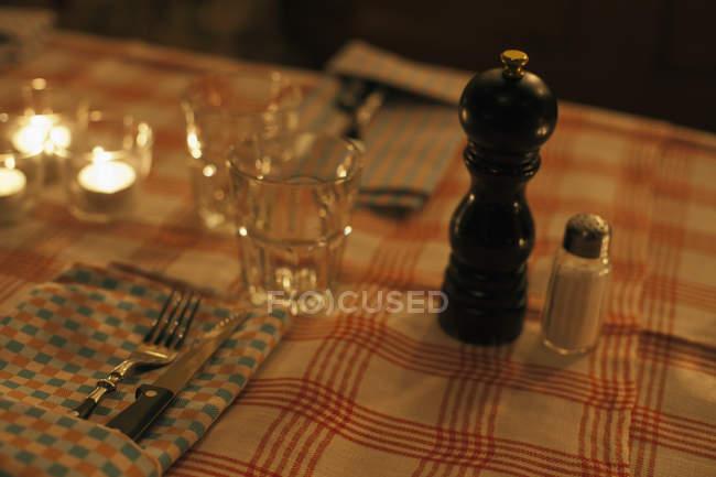 Nahaufnahme der Tischdekoration im Restaurant — Stockfoto
