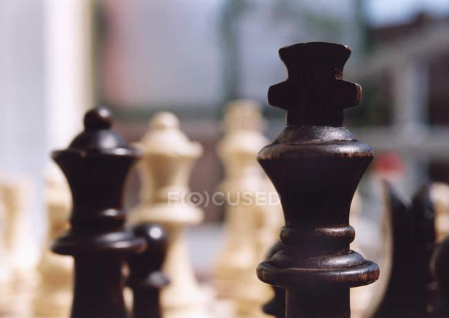 Крупный план шахматных фигур — стоковое фото