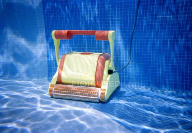 Очиститель бассейна под водой в бассейне — стоковое фото