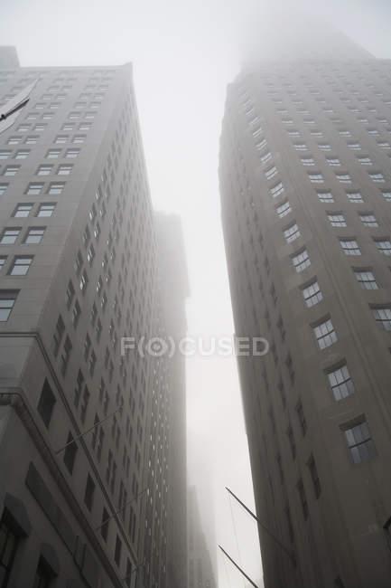 Vue faible angle de brouillard entre les immeubles de bureaux de ville — Photo de stock