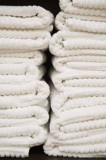 Обрезанное изображение сложенном белые полотенца — стоковое фото