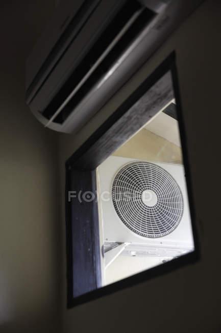 Электрический вентилятор с низким углом обзора — стоковое фото