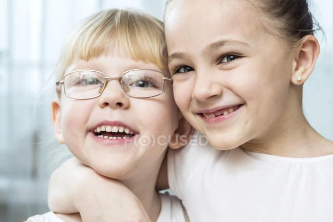 Ragazza con il braccio intorno al suo amico — Foto stock