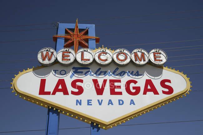 Vista ad angolo basso del segnale stradale di Las Vegas contro il cielo blu , — Foto stock