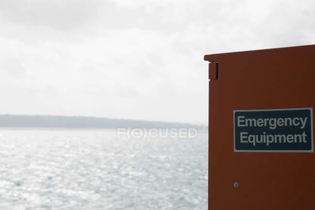 Armoire pour matériel de secours de paysage marin — Photo de stock