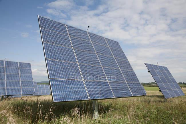 Сонячні батареї в сільській місцевості поля — стокове фото