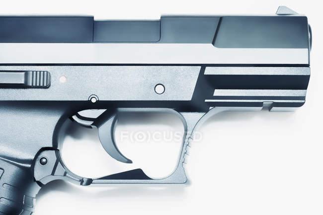 Vue rapprochée de la gâchette et du canon de l'arme de poing — Photo de stock
