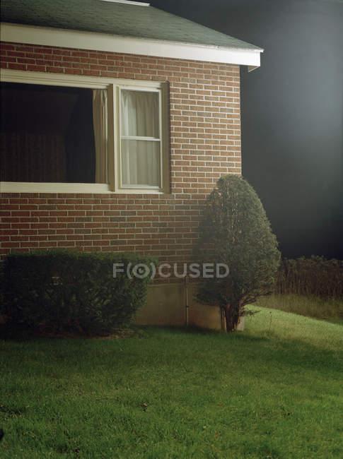 Ernte außen Ziegelhaus und Rasen im Vorgarten — Stockfoto