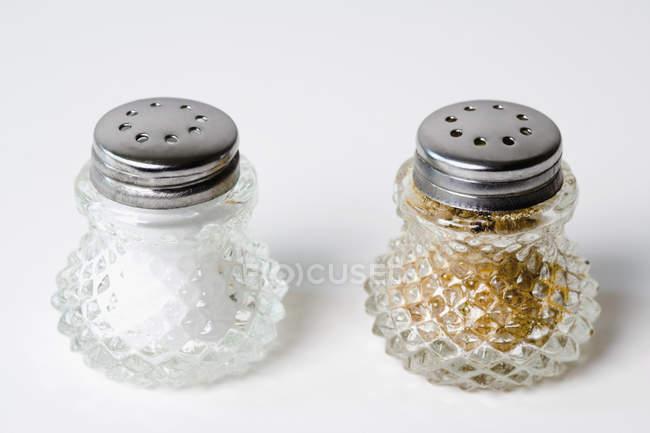 Salz- und Pfefferstreuer auf weißem Hintergrund — Stockfoto