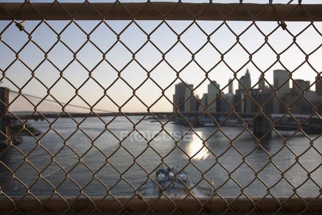 Вид через забор из проволочной сетки на небоскребы лодок — стоковое фото