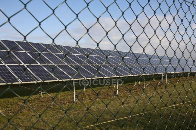 Вид сбоку рядов солнечных модулей — стоковое фото