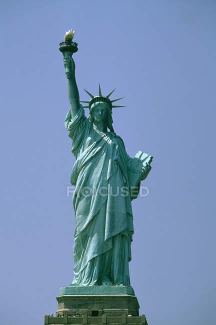 Statua della Libertà contro il cielo azzurro — Foto stock