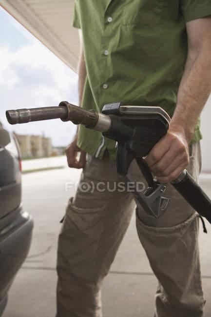 Voiture de ravitaillement à la station d'essence de l'homme — Photo de stock