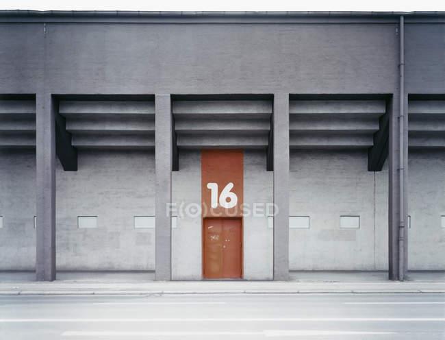 Строительство экстерьера с номером выше двери — стоковое фото