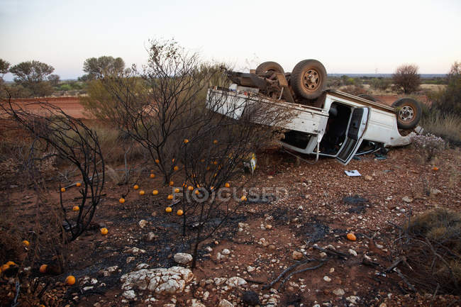 An abandoned utility vehicle in a desert — Stock Photo