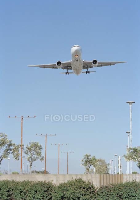 Вид спереди посадки самолета над ясного неба — стоковое фото
