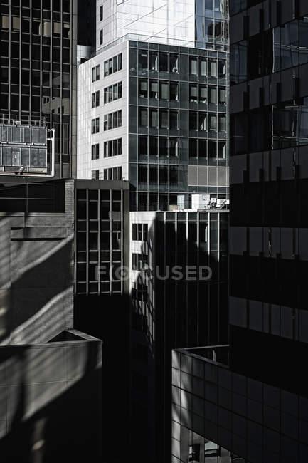 Vista exterior de fachadas de cristal de rascacielos - foto de stock