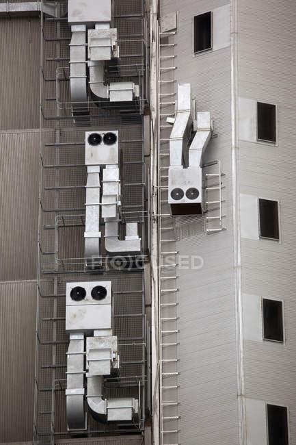 Антропоморфные вентиляционные отверстия на стене здания — стоковое фото