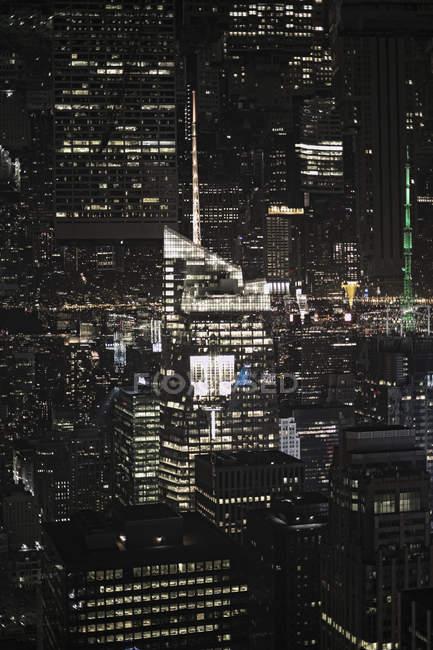 Doppia esposizione colpo di facciate grattacieli illuminati — Foto stock