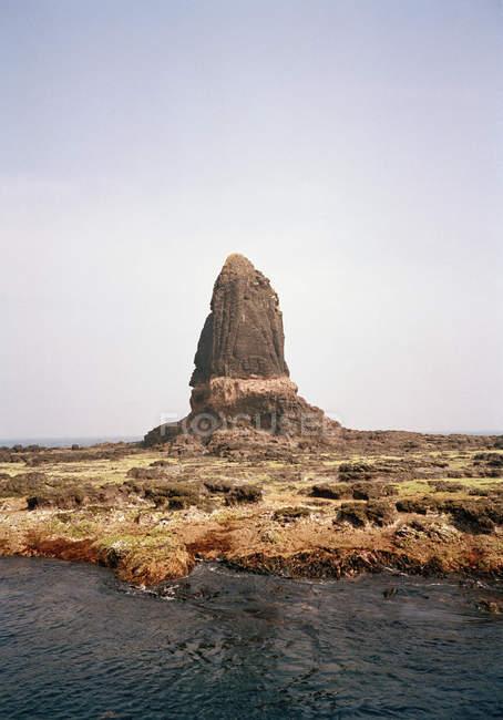 Felsformation in ariden Landschaft hinter Fluss — Stockfoto