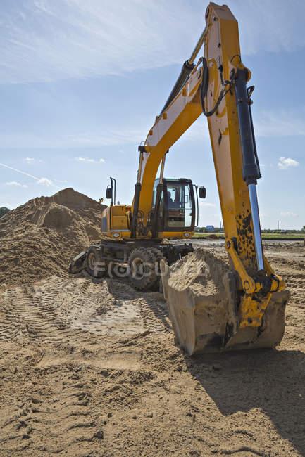 Digger совок повний піску на будмайданчик — стокове фото