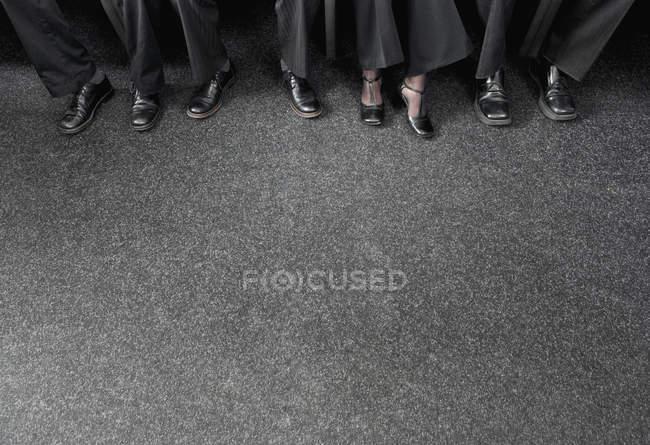 Immagine ritagliata di uomini d'affari che indossano scarpe — Foto stock