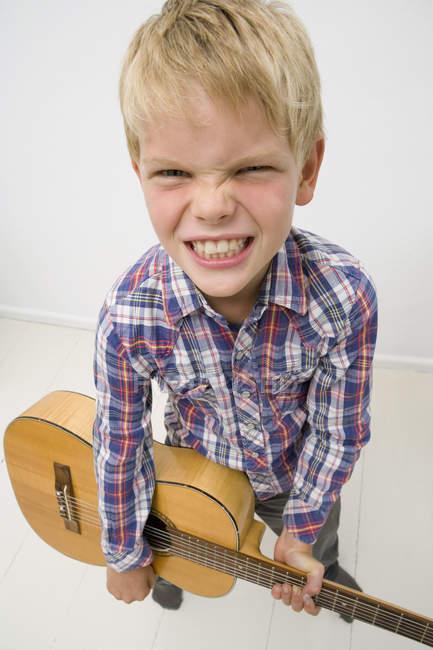 Мальчик играет на гитаре — стоковое фото