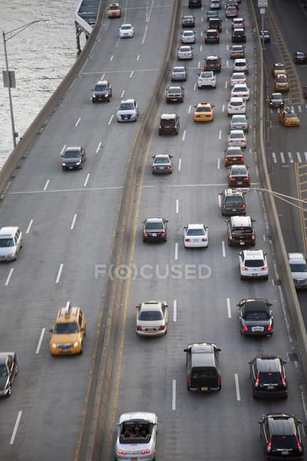 Vue de l'autoroute FDR avec East River en arrière-plan — Photo de stock