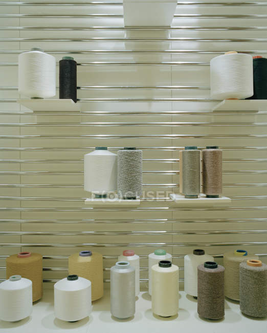 Spools of sewing thread on store stall — Stock Photo