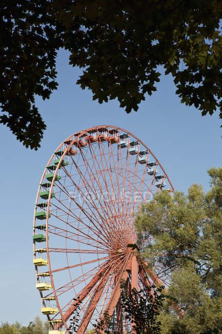 Sunlight shining on a stationary Ferris Wheel — Stock Photo