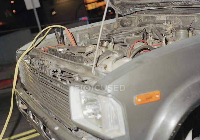 Überbrückungskabel mit Automotor verbunden — Stockfoto