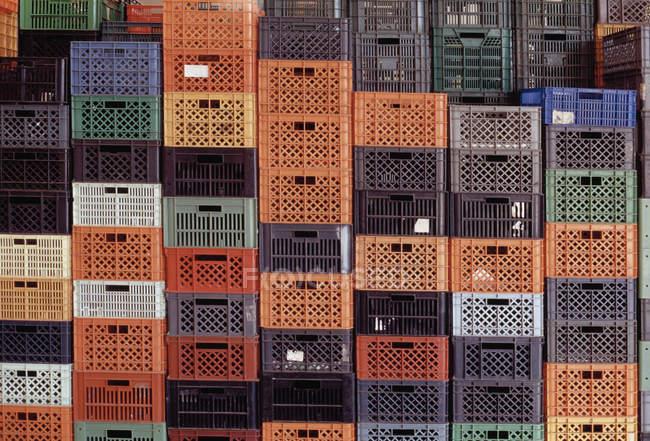 Tiro de quadro completo de pilhas de caixas plásticas — Fotografia de Stock