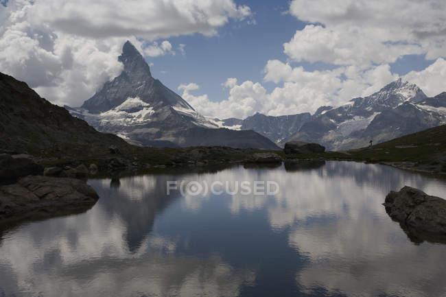 Scenic landscape of lake over Matterhorn peak, Zermatt, Swiss Alps — Stock Photo