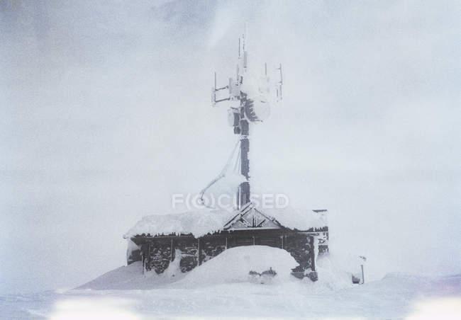 En la azotea con la antena grande cubierto de nieve - foto de stock