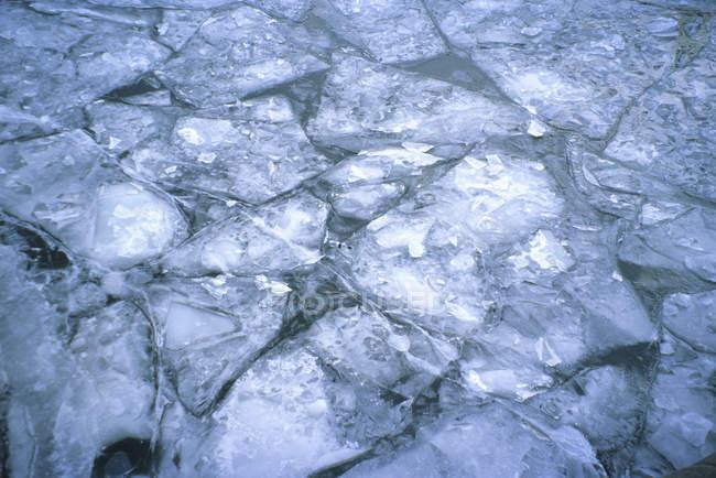 Modelli di ghiaccio incrinato sul fiume — Foto stock