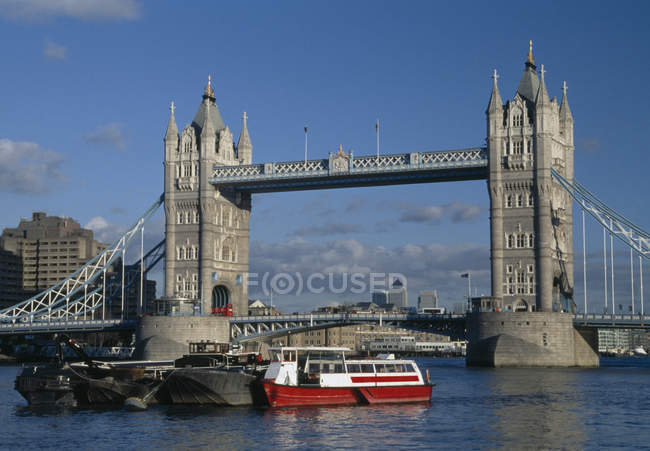 Tower Bridge et des navires sur le fleuve, Londres, Angleterre — Photo de stock