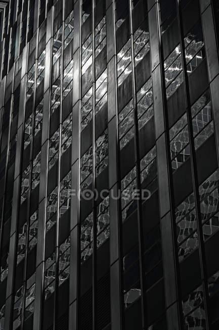 Réflexions dans la façade du gratte-ciel — Photo de stock