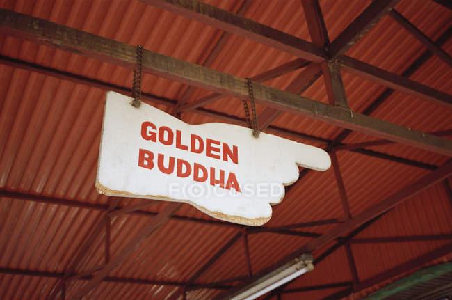 Plaque de signalisation de main avec le lettrage de Bouddha doré — Photo de stock