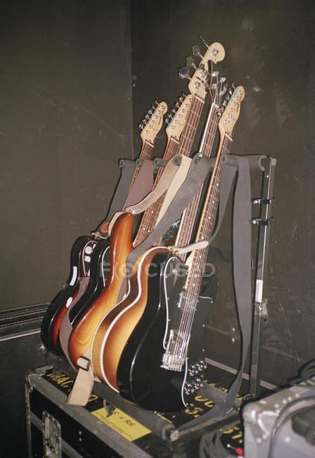 E-Gitarren in Reihe auf Rack arrangiert — Stockfoto