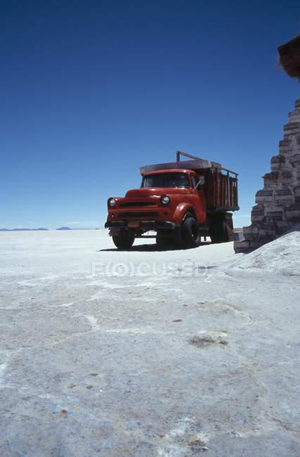 LKW geparkt auf sonnenbeschienenen Salz flach, Salar de Uyuni, Bolivien — Stockfoto