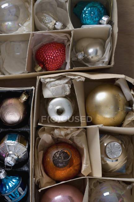 Full-Frame-Schuss-Box von Weihnachtsschmuck — Stockfoto