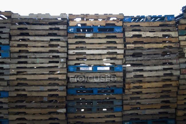 Vue latérale du mur de caisses en bois empilées — Photo de stock