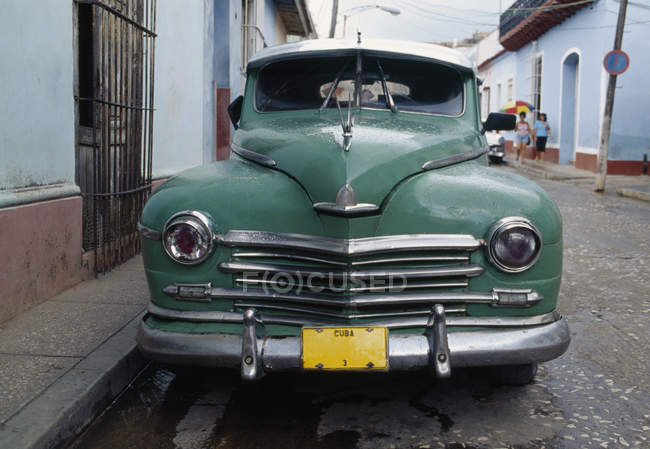 Old blue car parked in street, Havana, Cuba — Stock Photo