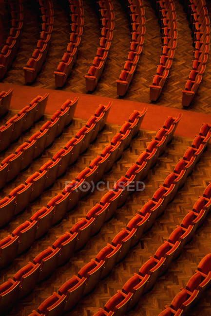 Высокий угол обзора свободных мест в кинотеатре — стоковое фото