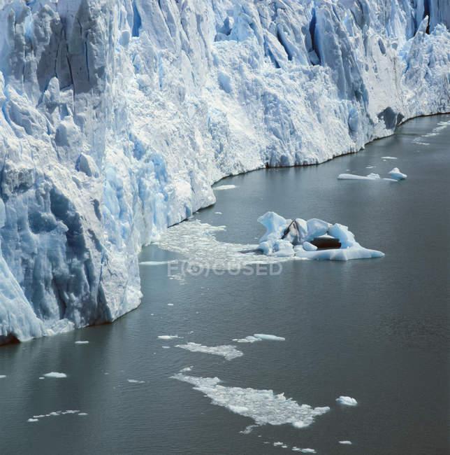 Pedaços de gelo flutuando ao lado da geleira — Fotografia de Stock