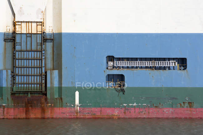 Depth marker on hull of ship on water — Stock Photo