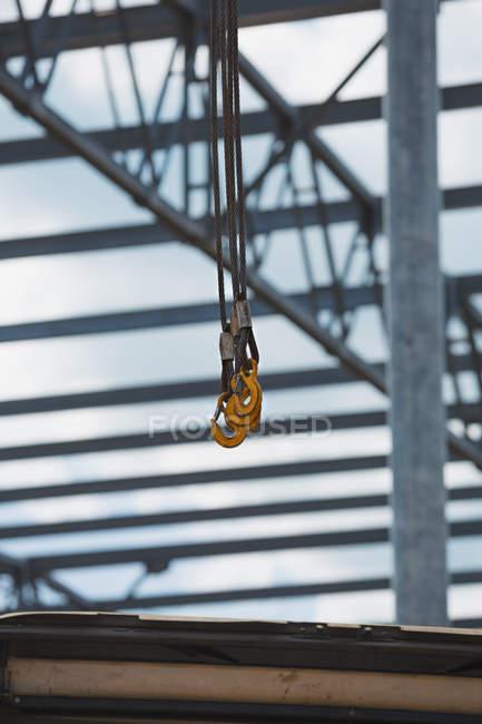 Gancio gru su telaio di costruzione su sfondo — Foto stock