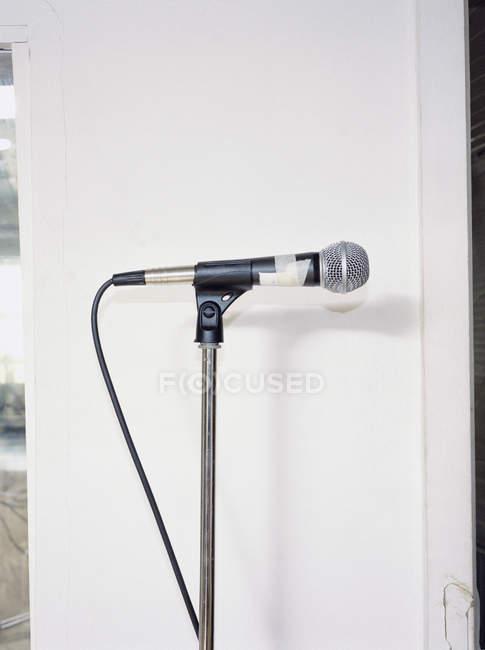 Мікрофон у позицію над білим тлом — стокове фото