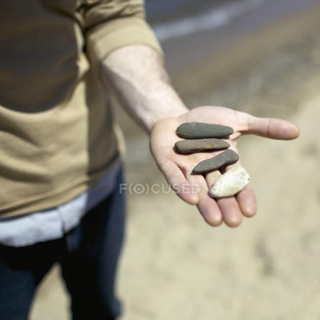 Corte masculino mão pedras do seixo — Fotografia de Stock